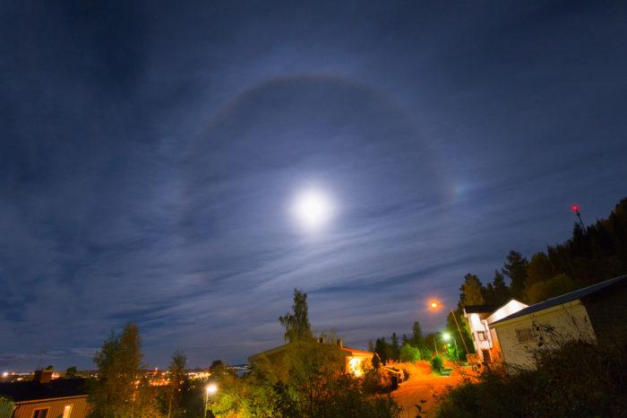 22-degree halo around the full Moon