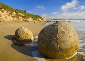 Moeraki boulders, Moeraki boulders unexplained, mysterious Moeraki boulders, unexplained Moeraki boulders phenomenon, unexplained Moeraki boulders, Moeraki boulders new zealand, The gigantic boulders started forming on the ocean floor and can now been seen sitting mysteriously on the coastline thanks to centuries of erosion.