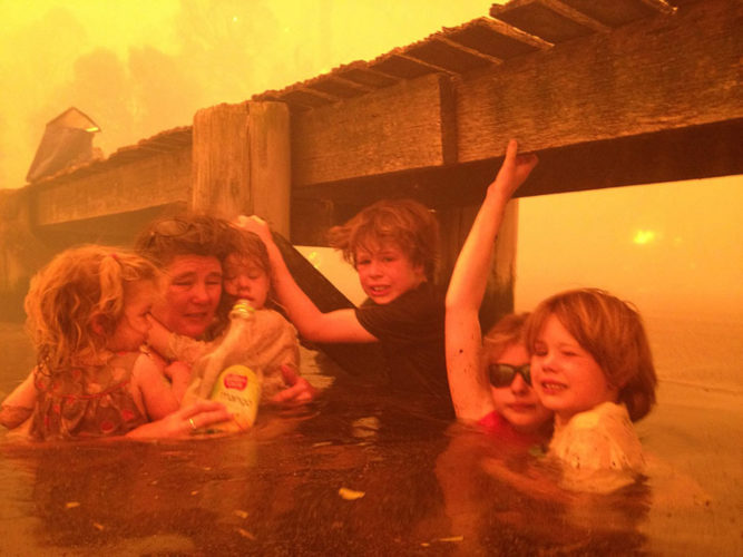 australia disaster, australia wildfire, wildfire in australia, wildfire 2013, australia wildfire 2013, Australian wildfires, Tammy Holmes, grandchildren take refuge in water, water refugee, water picture, family in water wildfire