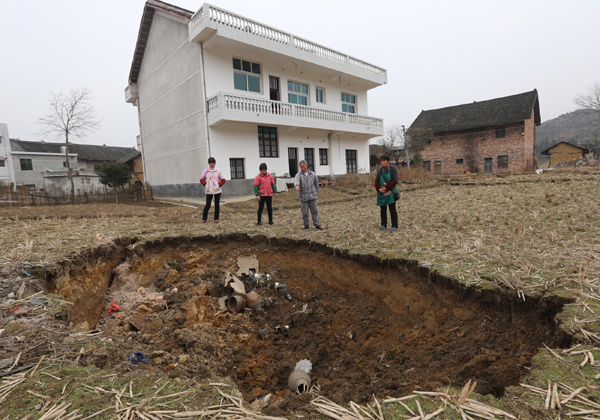Lianyuan China  city photo : city, Giant sinkholes are swallowing the city of Lianyuan in China ...