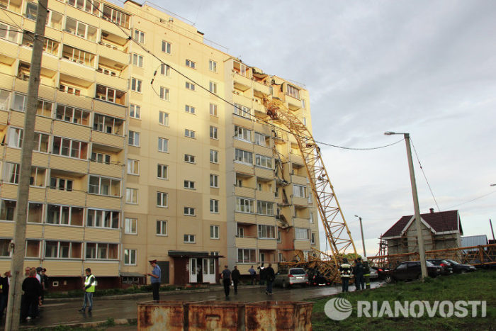 Weird: crane falls on building in russia may 2013