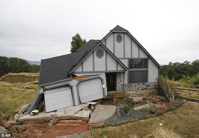 sinkhole, landslide, california, usa, sinkhole formation usa, sinkhole lakeview heights, Sinkhole and landslide plague in lakeside heights california may 2013