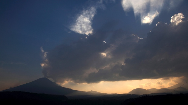 Popocatepetl volcano, Popocatepetl volcano eruption may 2013, volcanic eruption may 2013, active volcanoes may 2013, Mexican towns on alert as volcano shakes spews ash, eruption  Popocatepetl volcano may 2013
