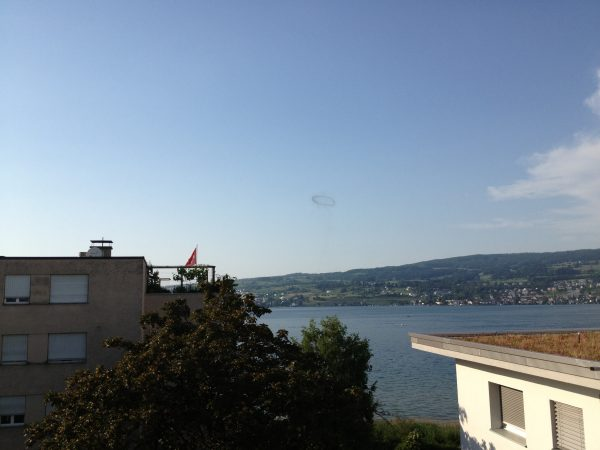 étrange phénomène: cercle noir de fumée au-dessus du lac de Zurich juin 2013