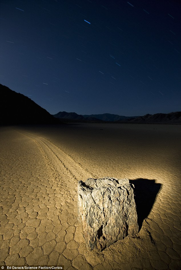 sailing stones death valley, death valley sailing stones, The mysterious Sailing Stones of Death Valley National Park, Pierres mouvantes, Pierres mouvantes vallée de la mort, Mystery of Death Valley Sailing Stones Solved