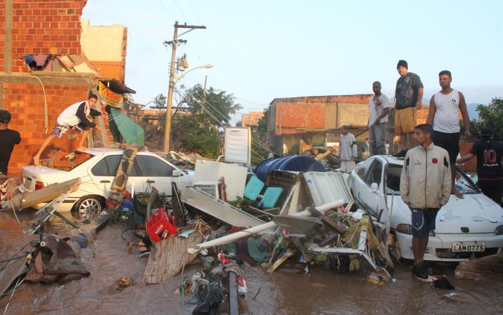 mini tsunami in rio de janeiro july 30 3013, Tubulação da Cedae se rompeu na Estrada do Mendanha em Campo Grande na Zona Oeste do Rio de Janeiro
