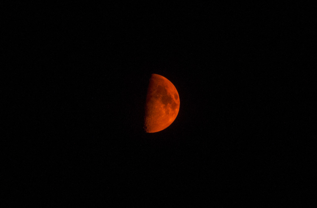 red moon in the sky of Utah, red moon usa, red moon, red moon related to fires in Utah, utah red moon related to wildfires, wildfires produce red moon in Utah, wildfire utah red moon, us wildfire utah red moon, blood red moon, blood moon over utah, movie red moon utah, photo red moon utah
