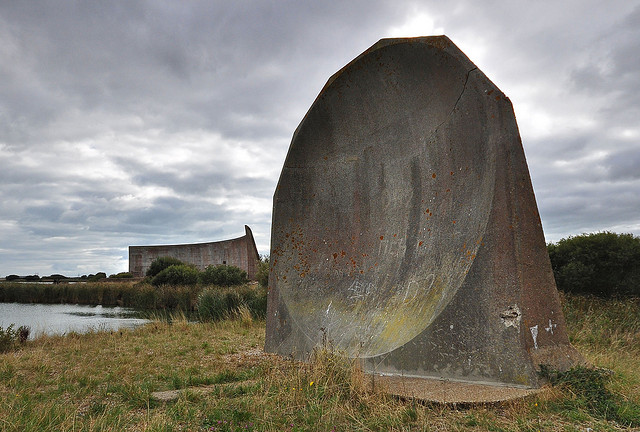The 20ft Sound Mirror at greatstone, Discover Massive Concrete Acoustic Mirrors or Sound Ears at Greatstone, Sound Mirrors at Greatstone on Video, Sound Mirrors, Acoustic Mirrors, Concrete Dishes, Listening Ears, Video of the Sound Ears at Greatstone, Sound Ears at Greatstone, MUSICAL WONDERS, INSTRUMENTS OF SCIENCE, ARCHITECTURAL ODDITIES, strange sounds, uk Sound Mirrors, uk Acoustic Mirrors,uk Concrete Dishes,uk Listening Ears, Sound Mirrors at Greatstone on Video, army aerial defense buildings: sound mirrors