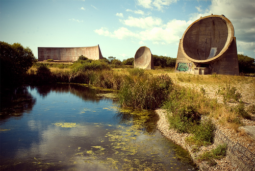Sound Mirrors at Greatstone on Video, Sound Mirrors, Acoustic Mirrors, Concrete Dishes, Listening Ears, Video of the Sound Ears at Greatstone, Sound Ears at Greatstone, MUSICAL WONDERS, INSTRUMENTS OF SCIENCE, ARCHITECTURAL ODDITIES, strange sounds, uk Sound Mirrors, uk Acoustic Mirrors,uk Concrete Dishes,uk Listening Ears, Sound Mirrors at Greatstone on Video, army aerial defense buildings: sound mirrors