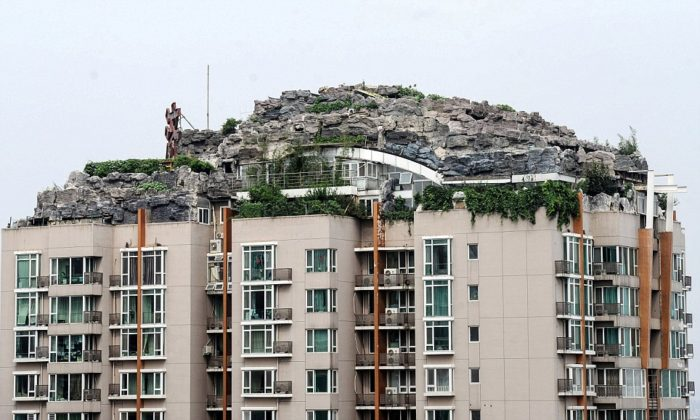 Beijing strange architecture: Rocky style villa on the roof of a tower block, Haidian, China, Beijing strange architecture, rock penthouse china, rock penthouse china video, amazing rocky villa constructed ontop an apartment block in Beijing, crazy professor constructs rock fortress on skyline in Beijing, beijing rocky fortress,  Rocky style villa on the roof of a tower block, Haidian, China, Wealthy Chinese man builds his own fortress atop Beijing skyscraper zhang lin, zhang lin stone penthouse in beijing, beijing stony penthouse, rock castle atop apartment building in China