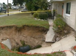 Pasco County sinkhole, florida sinkhole 2014, sinkhole 2014, Pasco County sinkhole 2014, Florida sinkhole 2014, sinkhole news 2014, sinkhole news florida 2014, florida sinkhole 2014, video florida sinkhole January 2014, florida sinkhole swallows driveway in Florida-January 2014, sinkhole florida January 2014, Twenty-foot sinkhole swallows woman's driveway... and she's afraid it could take her house too, sinkhole, cave-in, january 2014, florida, pasco county, video, photo