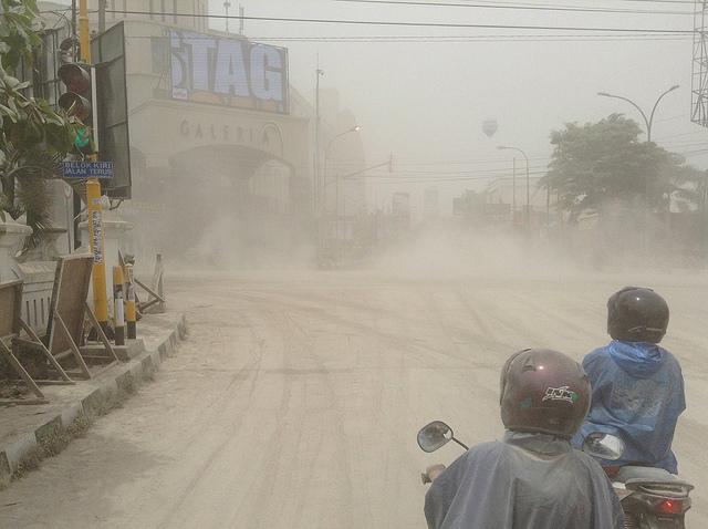 java ash landscape after kelud volcano eruption 2014, photo ash after kelud eruption, kelud eruption photo february 2014, ash kelud volcano photo february 2014, Java covered by ashes of Kelud volcano - February 2014. Photo: Alida Szabo
