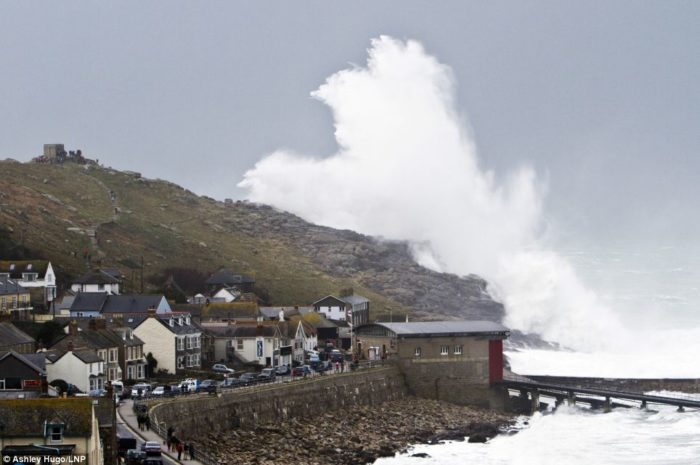 Amazing photo of destructive waves uk 2014, extreme storm uk 2014: Amazing photo of destructive waves, photo extreme weather 2014, extreme weather photo uk 2014, 2014 extreme weather 2014, UK extreme weather 2014: Amazing photo of destructive waves