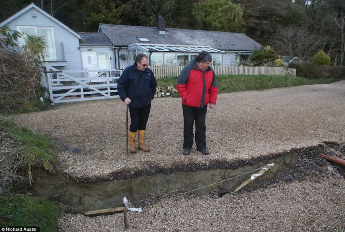 This bungalow is threatened by large earth cracks that formed after UK's February 2014  extreme weather create Earth cracks in Dorset coast UK ,  extreme weather create Earth cracks in Dorset coast, UK (February 2014), Earth cracks open up in Dorset coast, UK - February 2014, earth cracks dorset 2014, earth cracks uk 2014, earth crack Jurassic coast 2014