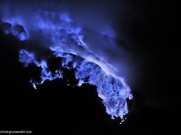blue lava, blue lava phenomenon, why is lava blue, Why is this volcanic eruption blue?, mystery behind blue lava, mysterious blue lava explained, mysterious volcanic blue lava debunked, blue lava explained, why is lava blue, Kawah Ijen volcano has blue lava, KAWAH IJEN Le Mystère des Flammes Bleues, KAWAH IJEN the mystery of blue lava, blue lava mystery at Kawah Ijen, mystérieuse lave bleues, laves bleues, pourquoi est-ce que les laves du volcan Kawah Ijen sont bleues, Le Mystère des Flammes Bleues, blaue lava, blaues lava, blaue lava, warum ist lava blau, das misteriöse blaue lava, why is the lava at Kawah Ijen volcanu blue? comment expliquer la lave bleue du volcan Kawah Ijen?