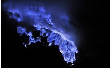blue lava, blue lava phenomenon, why is lava blue, Why is this volcanic eruption blue?, mystery behind blue lava, mysterious blue lava explained, mysterious volcanic blue lava debunked, blue lava explained, why is lava blue, Kawah Ijen volcano has blue lava, KAWAH IJEN Le Mystère des Flammes Bleues, KAWAH IJEN the mystery of blue lava, blue lava mystery at Kawah Ijen, mystérieuse lave bleues, laves bleues, pourquoi est-ce que les laves du volcan Kawah Ijen sont bleues, Le Mystère des Flammes Bleues, blaue lava, blaues lava, blaue lava, warum ist lava blau, das misteriöse blaue lava, why is the lava at Kawah Ijen volcanu blue? comment expliquer la lave bleue du volcan Kawah Ijen?