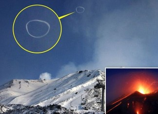 Etna's smoke ring puffed in Februar 2014. Photo: Caters, The Mystery behind Smoke Rings, Italy's Mount Etna blows smoke rings, Mount Etna 'Smoke Rings', etna's smoke rings 2014, Photos of Mount Etna puffing mysterious smoke ring, photo smoke ring etna, etna's smoke ring photo, sicily etna smoke ring photo, etna smoke rings, smoke rings volcano, etna volcano smoke rings, smoke rings volcano february 2014, smoke ring etna photo,