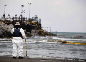 BP Whiting refinery spill, BP Whiting refinery oil spill video, video of BP Whiting refinery oil spill, lake michigan oil spill march 2014, BP Whiting refinery oil spill, BP oil spill Lake Michigan March 2014, Lake michigan oil spill march 2014, oil spill lake michigan, Whiting refinery spills ioil in Lake Michigan - March 2014, Oil spill along Lake Michigan from the BP Whiting refinery in Whiting