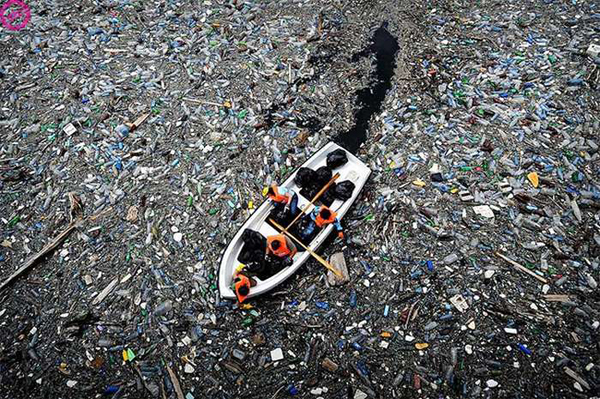 citarum river extreme pollution photo, citarum polluted, most polluted river, most polluted river in the world, citarum river trash and pollution, People makeing their market in the Citarum river