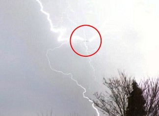 lightning plane 2014, lightning strikes plane UK march 2014, lightning strikes plane photo, photo of lightning strike on plane march 2014, image lightning vs plane, photo lightning on plane, video lightning strikes plane, video lightning strikes plane Birmingham march 2014, video lightning strikes plane photo, video lightning strikes plane march 2014, lightning strikes plane in Birmingham march 2014, Lightning strikes plane over Birmingham, UK on March 28, 2014