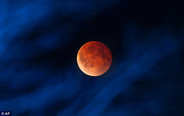 Best blood moon photo April 15 2014: Milwaukee. Photo: AP, photo blood moon, photo and video blood moon april 2014, picture blood moon april 2014