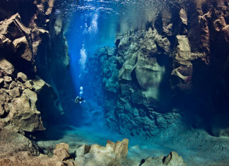 extreme diving photo: This american diver swims between the eurasian and north american tectonic plates in Silfra Canyon at Thingvellir National Park in Iceland, diving between eurasian and north american tectonic plates, best diving images, mystery places on earth, amazing places on earth, world's most beautiful places, This american diver swims between the eurasian and north american tectonic plates in Silfra Canyon at Thingvellir National Park in Iceland. Photo: Alexander Mustard, extreme diving photo, extreme diving in Silfra Canyon at Thingvellir National Park in Iceland, photo of Silfra Canyon at Thingvellir National Park in Iceland diving, plate tectonic diving, swimming between plate tectonics photo,