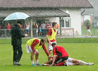 lightning strikes football player in austria, soccer player struck by lightning in Austria april 2014, video Lightning strikes footballers, austria lightning hits soccer player, blitz schlaegt fussballer bewusstlos in Noetsch, Noetsch blitz fussballer april 2014, lightning strikes football player in Austria - April 5 2014, Verletzter Fußballer nach Blitzeinschlag auf Sportplatz in Nötsch, Lightning strikes football player in Austria - April 5 2014. Photo: APA/Hermann Sobe, Terrible lightning strike on a football match video, soccer (football) players hit by lightning in Austria april 2014, footbaleur atteint pas la foudre en autrich, footballeurs autrichiens atteint par la foudre apvril 2014