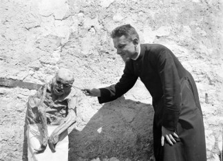 THE VENZONEA mummy SKELETONS, A priest playing with a mummifiey skeleton around Venzone in Italy, amazing wonder: bodies do not decompose when buried under Venzonea cathedral, THE VENZONEA mummy SKELETONS photo, photo of THE VENZONEA mummy SKELETONS, amazing phenomenon, strange phenomenon: THE VENZONEA mummy SKELETONS