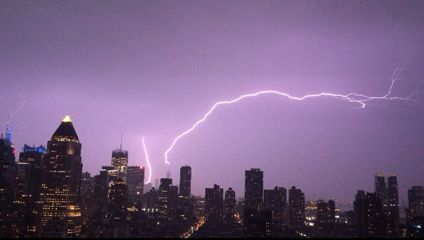 lightning strike NY photo, photo lightning storm New York may 23 2014, photo Lightning strike One World Trade Center New York May 23 2014, Lightning strike One World Trade Center New York May 23 2014 photo