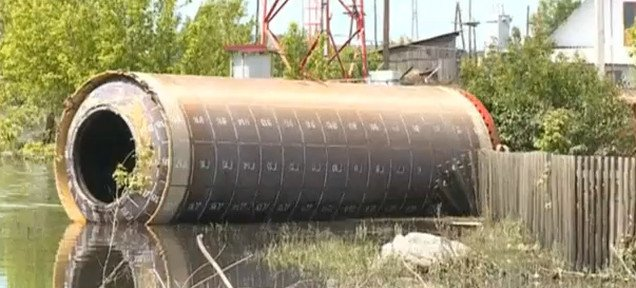 Giant metal cylinder of unknown origin appears in Siberia, What is this strange metal cylinder unearthed by the recent floods in Siberia (Russia). Photo: Youtube video, strange metal cylinder appears during floods in Siberia, 'Ballistic missile' floats into flooded Russian village, Unknown Object In Russia: What Is This Giant Cylinder Of Unknown Origin In Siberia?, Only in Russia could a flood bring to your doorstep a huge intercontinental ballistic missile, giant metal tube mysteriously appeared in an Altay village june 2014, strange metal cylinder of unknown origin in the village of Malougrenyevo in Altay's Biysky region, strange object, unknown object june 2014, unknown object from the sky in Russia june 2014, what is this weird and unknown object in Russia june 2014