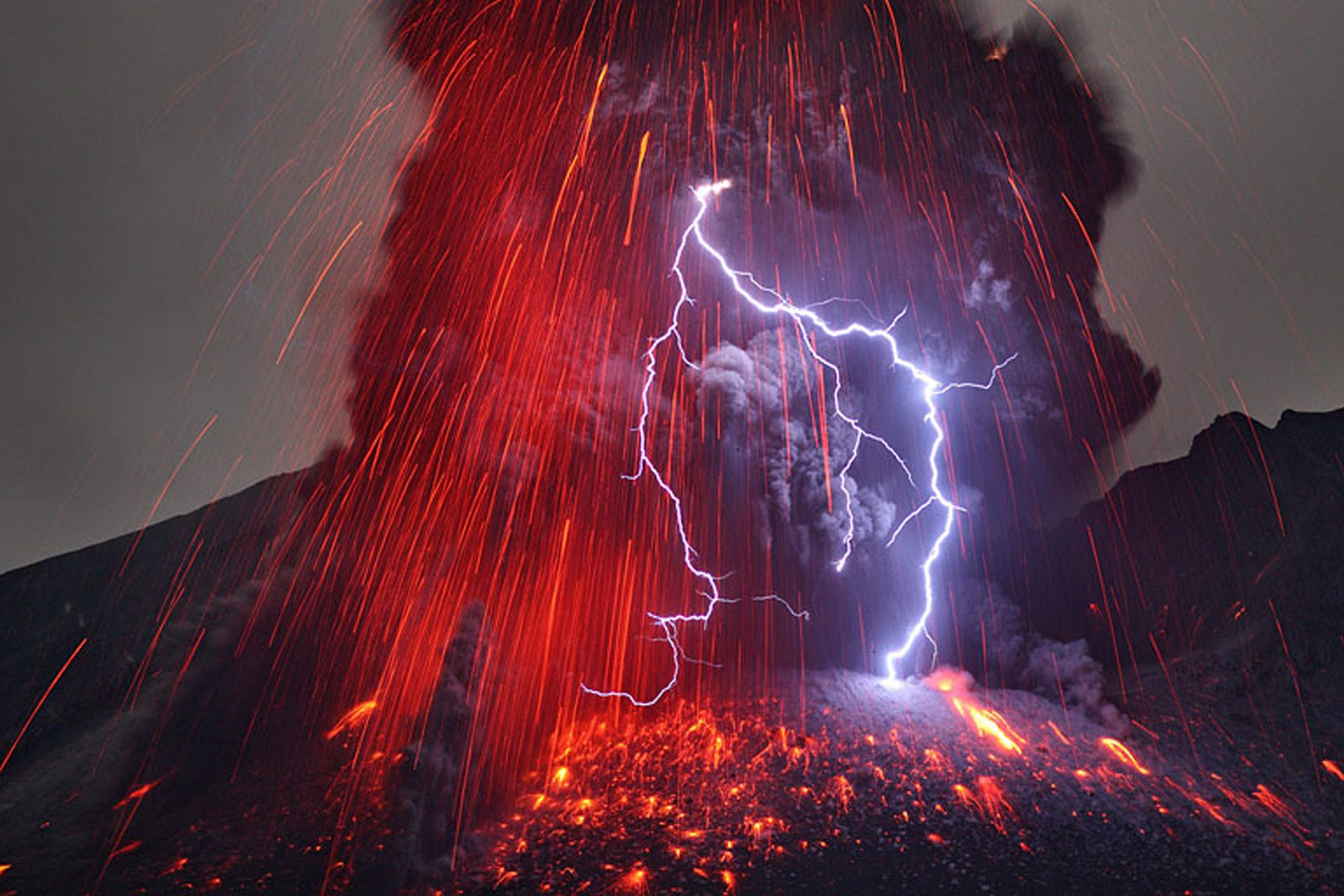volcanic lightning, volcanic lightning photo, volcanic lightning picture, Incredible Natural Phenomenon - Volcanic Lightning during SAKURAJIMA ERUPTION. Photo by Martin Rietze