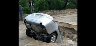 car sinkhole Tuxtla Gutierrez Mexico june 2014, strange sinkhole Tuxtla Gutierrez Mexico june 2014, car in sinkhole Tuxtla Gutierrez Mexico june 2014, car falls into sinkhole in Tuxtla Gutierrez Mexico june 2014, sinkhole Tuxtla Gutierrez Mexico june 2014, car falls into sinkhole Tuxtla Gutierrez Mexico, Car falls into huge sinkhole in Tuxtla Gutierrez Mexico on June 4 2014. Photo: Azteca Noticias, Auto cae en enorme socavón en Tuxtla Gutiérrez, Auto cae en enorme socavón en Tuxtla Gutiérrez