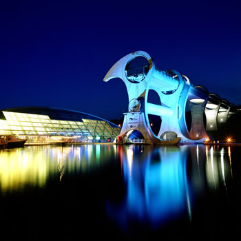 falkirk wheel, falkirk wheel UK, falkirk wheel video, timelapse of falkirk wheel, amazing video of falkirk wheel one of the most amazing engineering landmark, engineering landmark: falkirk wheel in Scotland UK, falkirk wheel scotland UK, Incredible construction: The Falkirk Wheel in Scotland, UK by night. Photo: World of designers