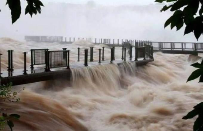 Unusual Floods at Iguazu Falls, Inusual desborde de las Cataratas del Iguazú, amazing video showing Unusual Floods at Iguazu Falls, iguazu falls floods june 2014, iguazu falls overflow video june 2014, iguazu falls floods video june 2014, Iguazu Falls unexpected flood june 2014, strange phenomenon at Iguazú Falls: unexpected flood june 2014, strange things at Iguassu Falls: unexpected flood june 2014, amazing floods at Iguaçu Falls: unexpected flood june 2014, Un vídeo registró el momento en el que la crecida tapó las pasarelas por donde caminan los turistas. Hay 33 veces más caudal que el habitual, floods iguazu falls, flooding at iguassu falls, iguazu falls flooding, strange phenomenon: iguazu falls floods june 9 2014, Amazing and unexpected floods at Iguazu Falls (Brazil and Argentina) on June 9 2014., floods iguazu falls, flooding at iguassu falls, iguazu falls flooding, strange phenomenon: iguazu falls floods june 9 2014, Amazing and unexpected floods at Iguazu Falls (Brazil and Argentina) on June 9 2014.