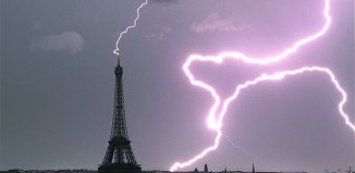 lightning, lightning photo, photo of lightning, lightning picture, picture of lightning, best photo of lightning, best lightning photo, best lightning pictures, lightning pictures best paris, paris lightning photo, photo paris lightning, lightning eiffel tower, Lightning strikes Eiffel Tower. Photo: BERTRAND KULIK/CATERS