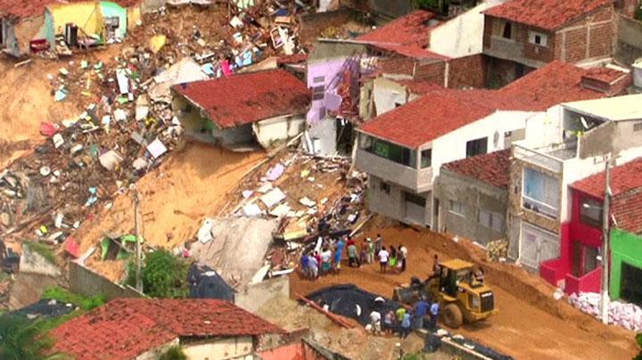 natal sinkhole june 2014, giant sinkhole natal june 2014, sinkhole in Natal brazil june 2014, giant sinkhole in Natal june 2014, huge sinkhole brazil world cup june 2014, giant sinkhole opens up and widens in Natal on June 20 2014, Picture of the giant sinkhole growing up in the World Cup city of Natal - June 20 2014. Photo: AP