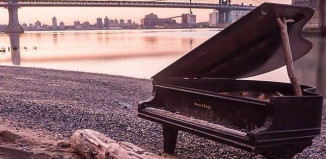 piano Brooklyn Bridge New York, piano east river new york, mysterious piano brooklyn bridge new york june 2014, piano discovered in east river New York june 2014, mystery behind east river piano new york june 2014, pian brooklyn bridge june 2014, what is this piano doing in the east river in New York June 2014, piano stranded in New York june 2014It is a mystery of how this piano appeared in the East River under the Brooklyn Bridge on June 7, 2014. Photo: Scenes from NYC (Instagram)