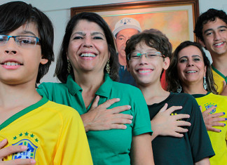 six fingers brazilian family, brazilian family six fingers, six fingers family brazil, rare genetic disorder: family members have six fingers on each hand, six fingers brazil family, each member of this brazilian family has six fingers, brazil family six fingers, six-fingered brazil family, world cup six finger family, world cup brazil six fingered family, Each member of this Brazilian family has six fingers on each hand. Photo: Reuters / Joedson Alves