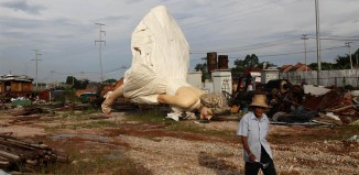 Weird News: Giant Statue Of Marilyn Monroe Dumped At Garbage Site in China - June 18 2014, marilyn monroe dump site china, marilyn monroe china june 2014, marilyn monroe statue garbage site june 2014, statue marilyn monroe dump site china june 2014, Dumped! Giant Marilyn Monroe Thrown Out with the Trash, 26ft-tall stainless steel Marilyn Monroe statue that took two years to make is left to languish in a Chinese dump, marilyn monroe statue dump site china june 2014,marilyn monroe dump site china june 2014, A giant statue of U.S. actress Marilyn Monroe is seen at the dump site of a garbage collecting company in Guigang (CHINA), This is not what you expect to find at a dump garbage site... But real in China!, A giant statue of U.S. actress Marilyn Monroe is seen at the dump site of a garbage collecting company in Guigang, Guangxi Zhuang, China