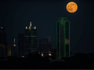 amazing supermoon over   Dallas skylines on July 12 2014. Photo: David Worthington, dallas meteor at supermoon july 12 2014, US Fireball: Splitting Meteor During Supermoon In Texas - July 12 2014, meteor during supermoon july 12 2014 video, video fireball during supermoon over dallas, texas fireball during supermoon july 12 2014, supermoon, super moon, supermoon photo july 2014, supermoon july 12 2014 dallas, supermoon photo july 2014 dallas, dallas meteor supermoon photo, photo of of meteor during supermoon july 12 2014, meteor supermoon july 2014 photo, photo dallas supermoon meteor photo july 2014,  super moon meteor july 12 2014, Supermoon photographed by Ben Sandifer rising over the skylines of Dallas on July 12, 2014