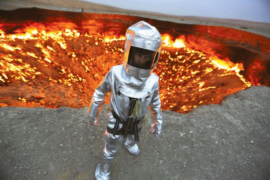 exploring the door of hell for alien life, living in harsch condition around the world, darvaza carter alien life, incredible odyssey in darvaza crater turkmenistan july 2014, video of alien odyssey in door to hell, In search for alien life in the door to hell. Alien? I think we have a good specimen photographed here by George Verschoor/National Geographic Channels