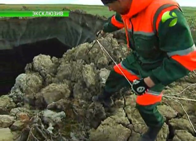 New On-Site Video Of Mysterious Giant Crater in Yamal Baffles Scientists, new video yamal crater, yamal crater new close-up video, scientists sample mysterious yamal crater, yamal sinkhole scientist sampling, on-site video of yamal peninsula giant hole in the ground, New On-Site Video Of Mysterious Giant Crater in Yamal Baffles Scientists, New video of mysterious giant Siberian hole filmed by investigation team, Mysterious giant hole suddenly appears in Siberia, A mysterious giant hole and crater have suddenly appeared in Siberia, Causes of this mysterious crater found in the Yamal Peninsula are still unknown even with this new close-up video!, new video of mysterious giant hole in yamal by scientists, new video yamal hole by scientists, This close-up image of the mysterious crater discovered in the Yamal Peninsula is from a new footage filmed by a scientific expedition sampling the undefined sinkhole. Photo: Youtube video, new video yamal crater, yamal crater new close-up video, scientists sample mysterious yamal crater, yamal sinkhole scientist sampling, on-site video of yamal peninsula giant hole in the ground, New On-Site Video Of Mysterious Giant Crater in Yamal Baffles Scientists, New video of mysterious giant Siberian hole filmed by investigation team, Mysterious giant hole suddenly appears in Siberia, A mysterious giant hole and crater have suddenly appeared in Siberia, Causes of this mysterious crater found in the Yamal Peninsula are still unknown even with this new close-up video!, mysterious holes, yamal peninsula, siberian unknown hole, giant hole yamal, new video giant hole siberia, video, strange phenomenon, yamal peninsula, siberia, russia