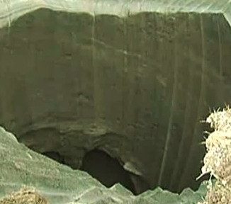 new video of mysterious giant hole in yamal by scientists, new video yamal hole by scientists, This close-up image of the mysterious crater discovered in the Yamal Peninsula is from a new footage filmed by a scientific expedition sampling the undefined sinkhole. Photo: Youtube video, new video yamal crater, yamal crater new close-up video, scientists sample mysterious yamal crater, yamal sinkhole scientist sampling, on-site video of yamal peninsula giant hole in the ground, New On-Site Video Of Mysterious Giant Crater in Yamal Baffles Scientists, New video of mysterious giant Siberian hole filmed by investigation team, Mysterious giant hole suddenly appears in Siberia, A mysterious giant hole and crater have suddenly appeared in Siberia, Causes of this mysterious crater found in the Yamal Peninsula are still unknown even with this new close-up video!