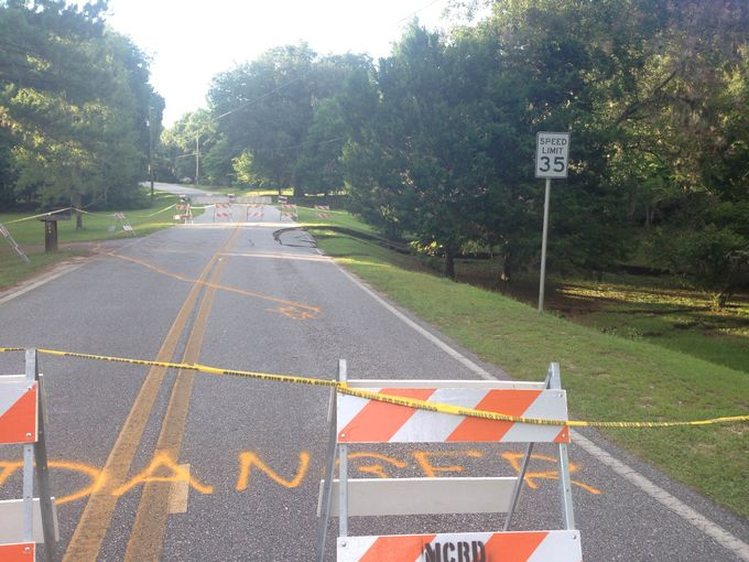 This 100ft long and 25ft deep sinkhole opened up really fast in Madison, The giant sinkhole swallowed part of the road in Madison, Florida, sinkhole, florida sinkhole, madison sinkhole florida, florida sinkhole video july 2014, madison sinkhole july 2014, madison sinkhole florida video july 2014, usgs sinkhole survey july 2014, sinkhole survey FGS july 2014, Massive sinkhole opens up in Madison, Florida - July 14 2014. Photo: WTSP NEWS