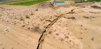 Giant Earth Crack mexico, Se hunde la tierra en la Costa de Hermosillo, Enorme Grieta se abre en México, Giant Earth Crack mexico photo, photo of Giant Earth Crack mexico, amazing Giant Earth Crack mexico, How did this giant earth crack formed?, Sinking land in Costa de Hermosillo, This giant trench opened up on August 17 2014. It is about one kilometer lon and up to 8 meters deep.