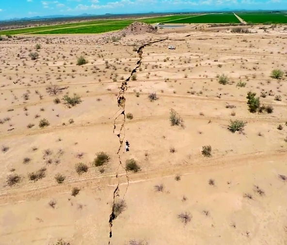 Giant Earth Crack mexico, Se hunde la tierra en la Costa de Hermosillo, Enorme Grieta se abre en México, Giant Earth Crack mexico photo, photo of Giant Earth Crack mexico, amazing Giant Earth Crack mexico, How did this giant earth crack formed?, Sinking land in Costa de Hermosillo, This giant trench opened up on August 17 2014. It is about one kilometer lon and up to 8 meters deep, Some parts of this fissure are still covered with unstabile soil. It may collapse at any moments, This crack is kind of terrifying. It is probably linked to earthquake and water saturation.