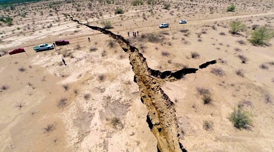 Giant Earth Crack mexico, Se hunde la tierra en la Costa de Hermosillo, Enorme Grieta se abre en México, Giant Earth Crack mexico photo, photo of Giant Earth Crack mexico, amazing Giant Earth Crack mexico, How did this giant earth crack formed?, Sinking land in Costa de Hermosillo