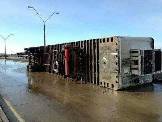strong wing punta arenas, apocalyptic weather punta arenas, strong winda punta arenas, wind storm chile august 2014, Power masts almost down due to violent winds in Punta Arenas. Photo: Facebook, Even large truck trailers did not resist against these violent winds. Photo: Facebook