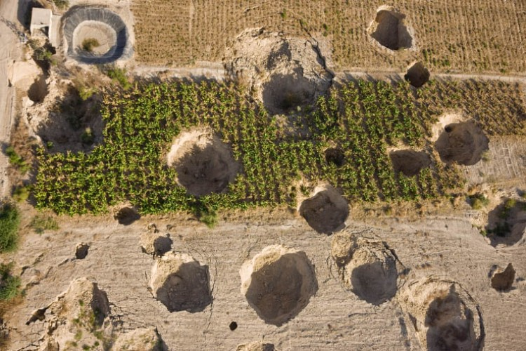 sinkhole dead sea, dead sea sinkhole, Sinkholes Discovered in the Dead Sea, Dead Sea sinkholes, plague of sinkhole around dead sea, drying dead sea sinkhole, Huge cavities are forming around the drying Dead Sea. Here an aerial view of sinkholes near Kibbutz Ein Gedi in Israel' 2011. Photo by Menahem Kahana, A close-up photo of these massive chiasms opening up around the drying Dead Sea. Photo: Foeme, Vicious: Example of crops beeing destroyed by these giant sinkholes around the Dead Sea! Photo: Foeme, Vicious: Example of crops beeing destroyed by these giant sinkholes around the Dead Sea! Photo: Foeme