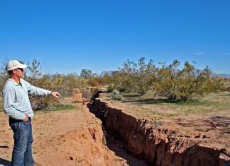 arizona fissure, arizona crack, arizona earth crack, arizona giant earth cracks, arizona giant earth fissure, Giant fissure opens up at Apache Junction on January 18 2008. Photo: Todd C. Shipman and Meagan Shoots